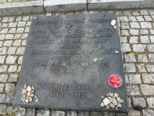 Auschwitz_memorial_plaque